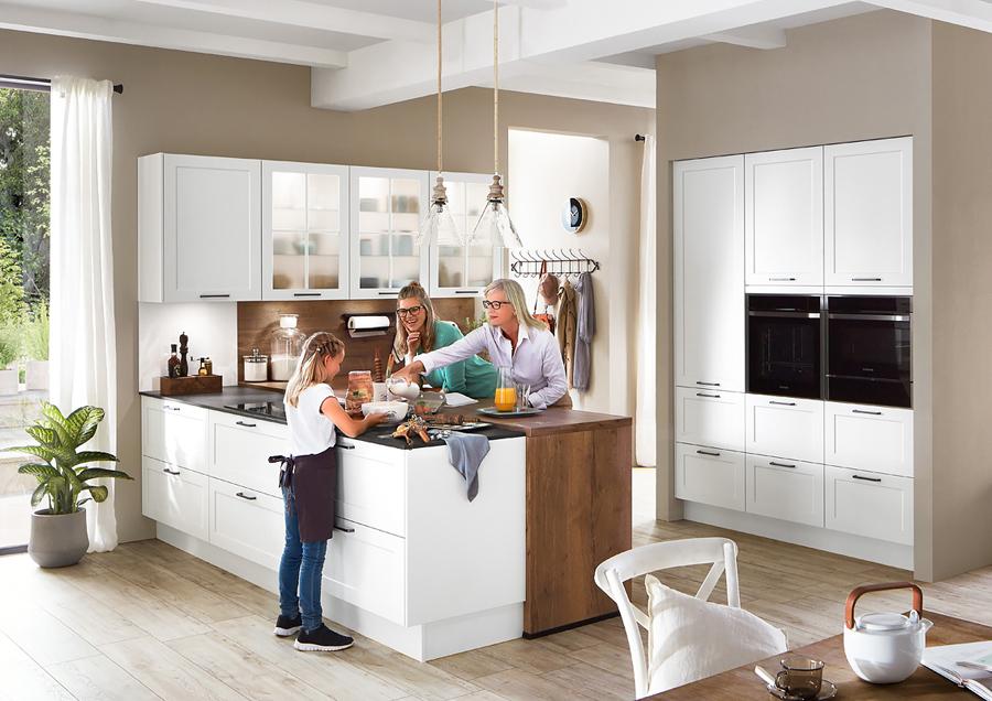 Biała kuchnia klasyczna z elementami z drewna.