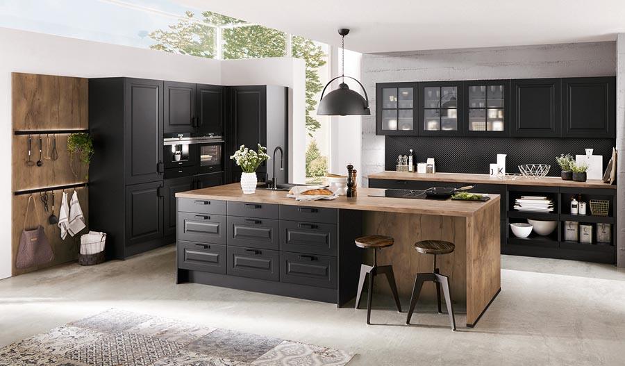 Czarna kuchnia klasyczna. Czarne meble kuchenne połączone z drewnem. Wyspa w kuchni klasycznej. Stylowa kuchnia.