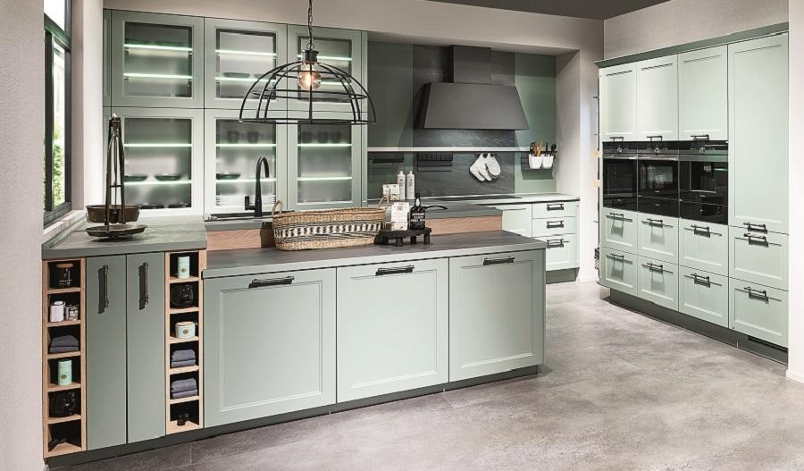 Zielona kuchnia w kolrze trzciny lub miętowym. Kuchnia klasyczna z nowoczesnym AGD. Zabudowany ekspres do kawy.