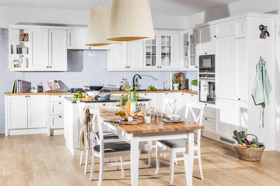 Białe klasyczne meble kuchenne. Stylowa kuchnia z drewnianym blatem.