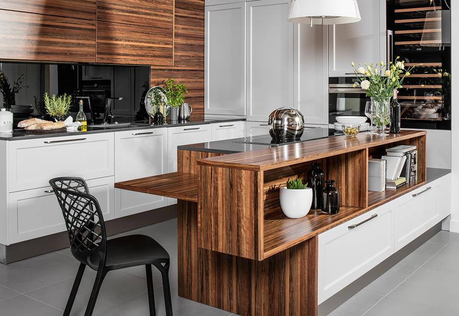 Klasyczna kuchnia w nowoczesnym ujęciu. Biała kuchnia z drewnem.