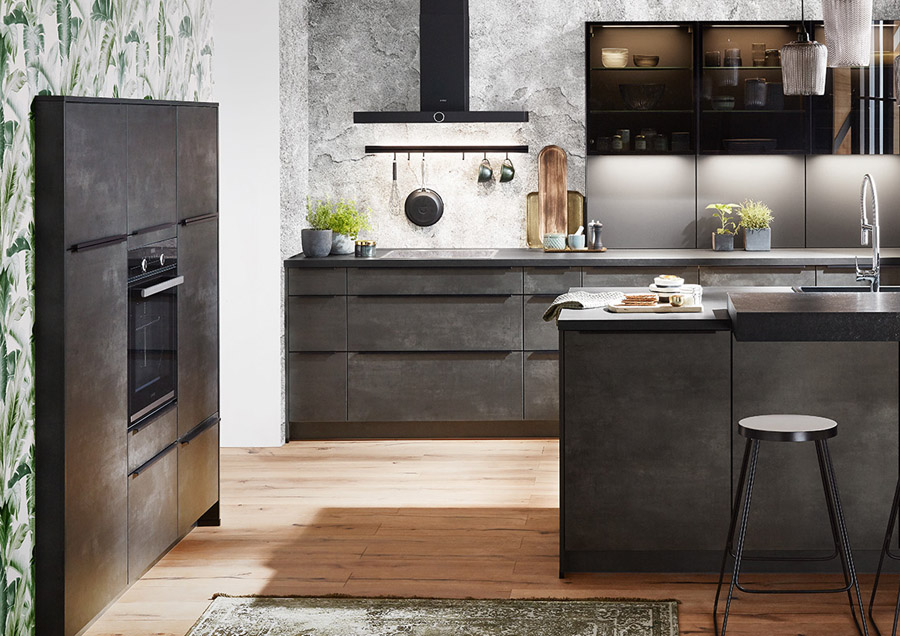 Kuchnia w kolorze ciemnego betonu z uchwytem krawędziowym.