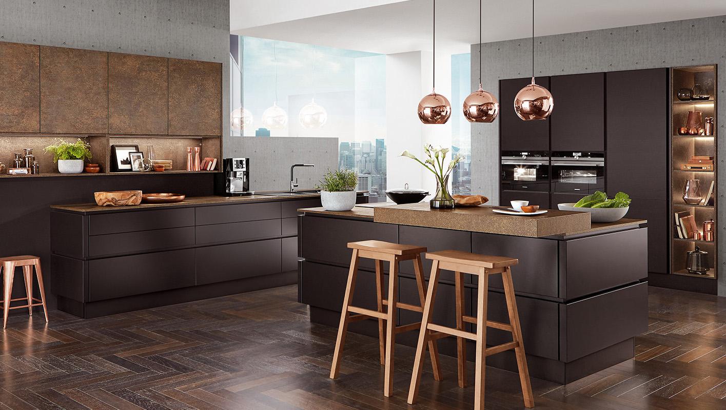 Czarne meble kuchenne z elementami miedzi. Kuchnia nowoczesna bez uchwytów. Kuchnia z wyspą.