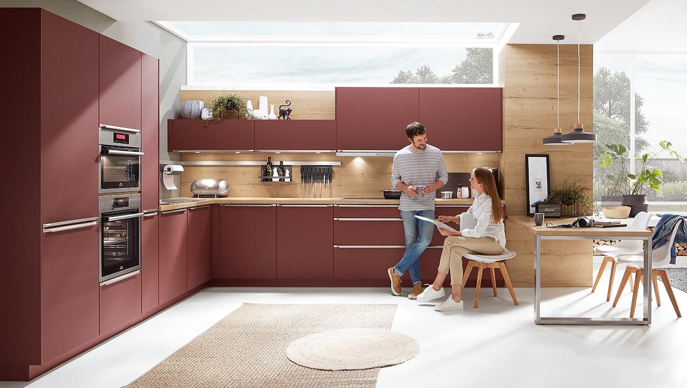 Czerwone meble kuchenne Nobilia zabezpieczone przed odciskami palców.